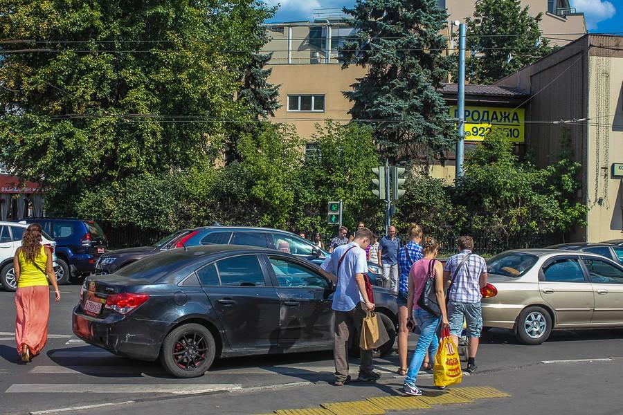 Автохам перекрыл пешеходный переход. А вы поддержали бы водителя или пешеходов?