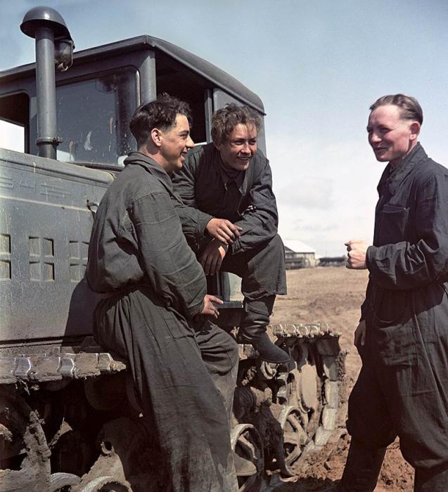 Михаил Антипов, Иван Занин и Николай Соловьев обсуждают план действий.(Слева направо)