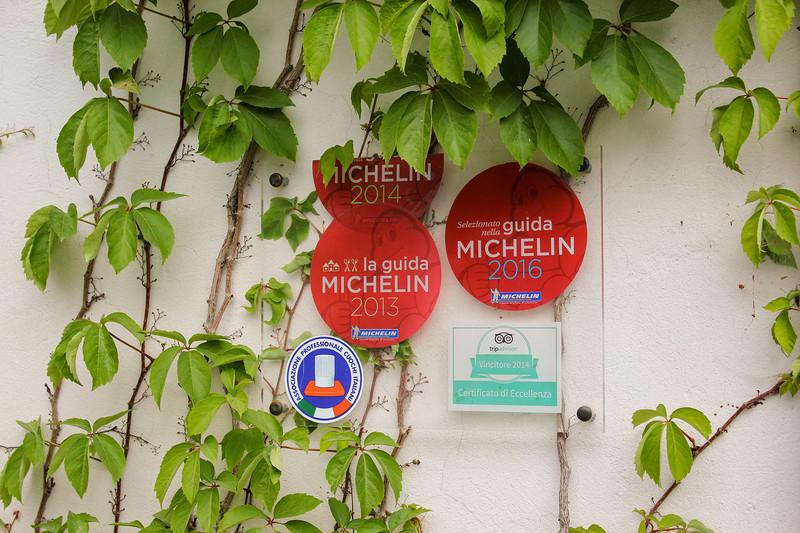 Награды Мишлен у входа в ресторан