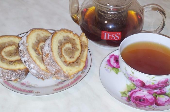 Орехово-яблочный рулет на десерт