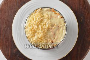 На морковь выложить остальной майонез (1,5 ст. л.), разровнять. Последний слой — натёртый сыр. Отправить салат в холодильник на 20 минут.
