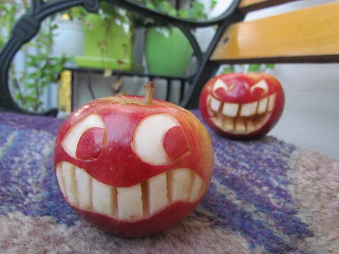 Кто от яблока больше откусит