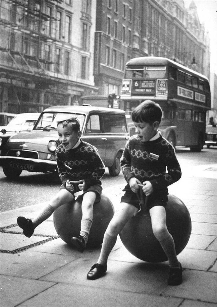 10. На попрыгунчиках, Лондон  детство, прошлое, фотография
