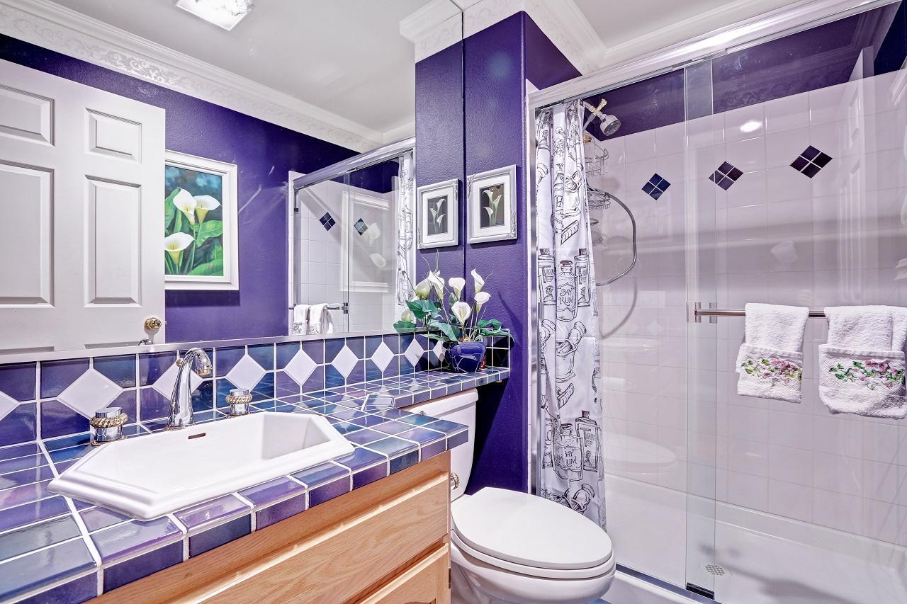 как выбрать цвет плитки для ванной комнаты фиолетовой