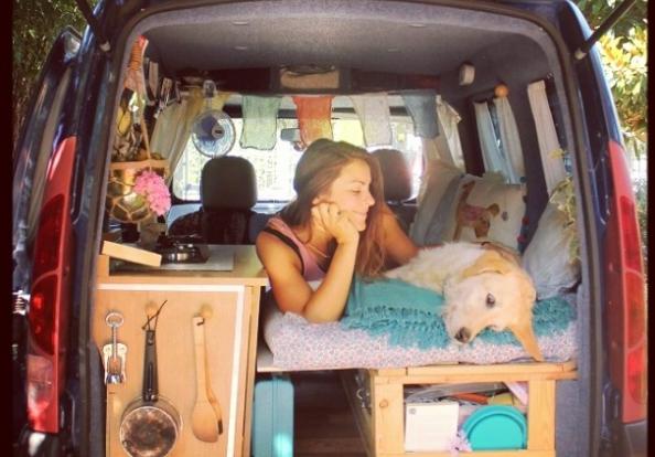 Девушка переделала старый фургон в дом на колесах и путешествует по свету со своим псом