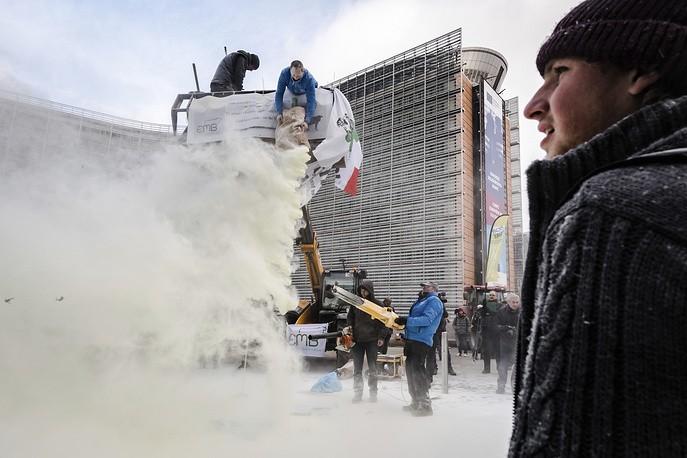 Фермеры засыпали Евроквартал Брюсселя сухим молоком