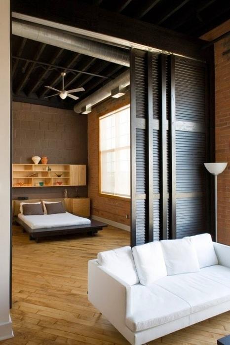 Вариант деления комнат на зоны с помощью раздвижных дверей.