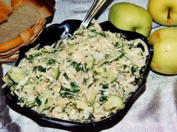 Салат с капустой, огурцами и яблоками