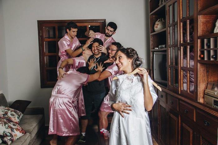 Жених не должен видеть платье невесты до свадьбы! Фото: Fernando Duque.