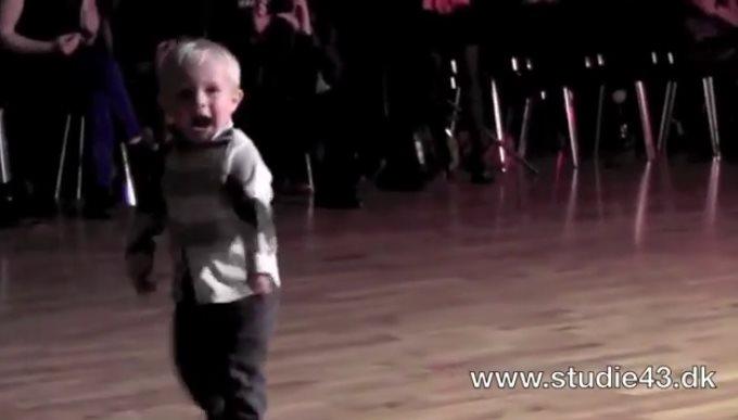 2-х летний танцор собрал на YouTube 32 миллиона просмотров