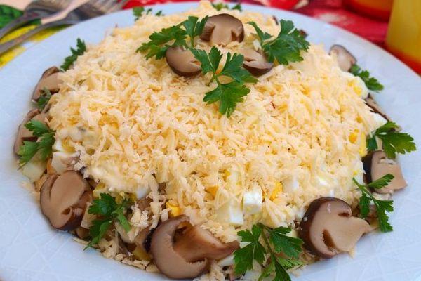 Салат «Цыпленок» с грибами и сыром