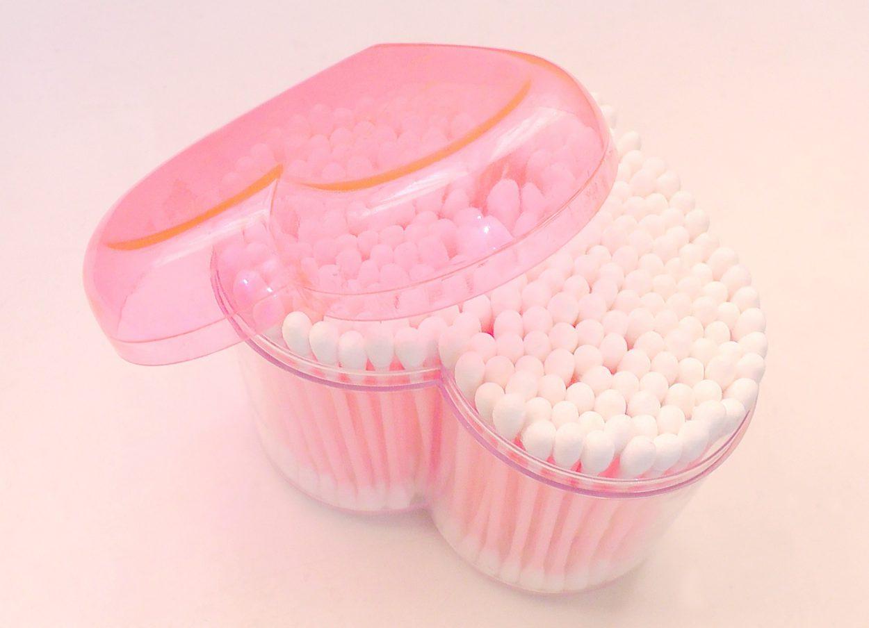 Врачи предупреждают: чистить уши ватными палочками— вредно иопасно! Ивот почему