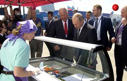 Путин поел мороженого на авиасалоне МАКС. Видео