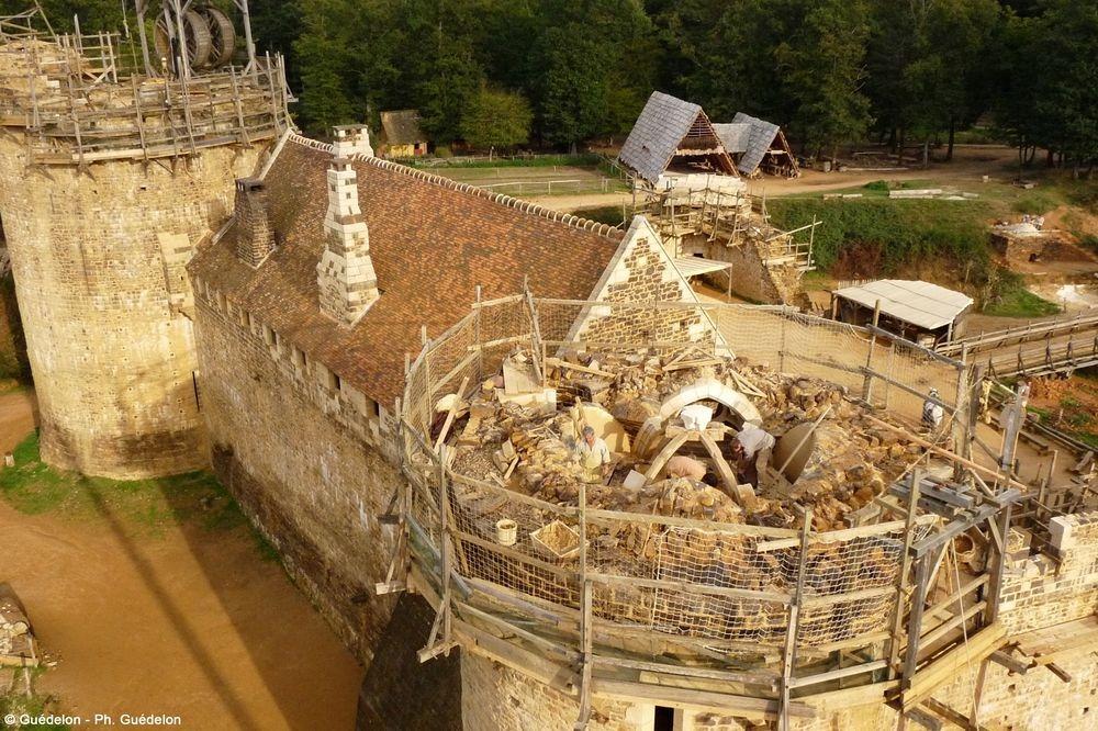 Как современники строят древний замок во Франции
