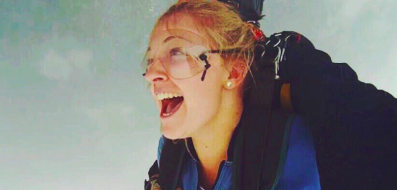 Упала с небес: девушка пережила неудачный прыжок с парашютом