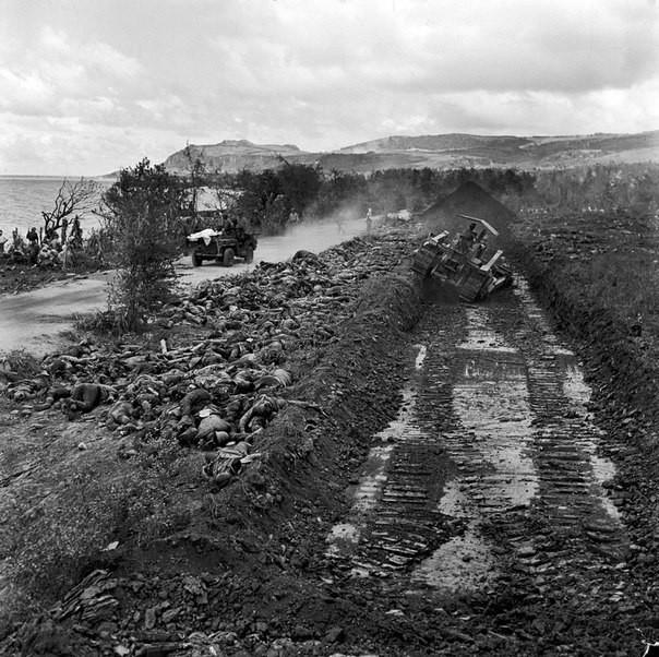 Захоронение трупов японских солдат на Сайпане, 1944 год. Бульдозер готовит братскую могилу. история, события, фото