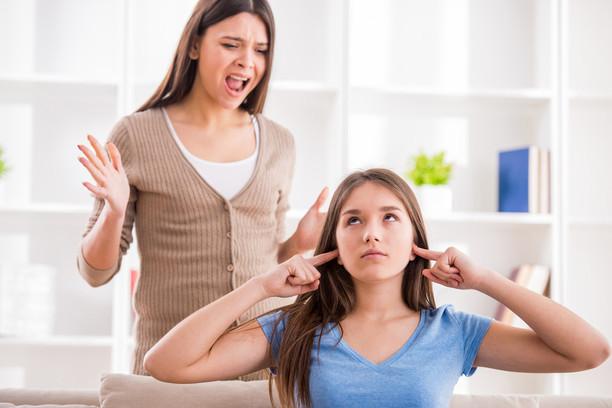 «Ты мне не мать, не смей мне указывать!» Как ужиться с ребенком супруга от первого брака