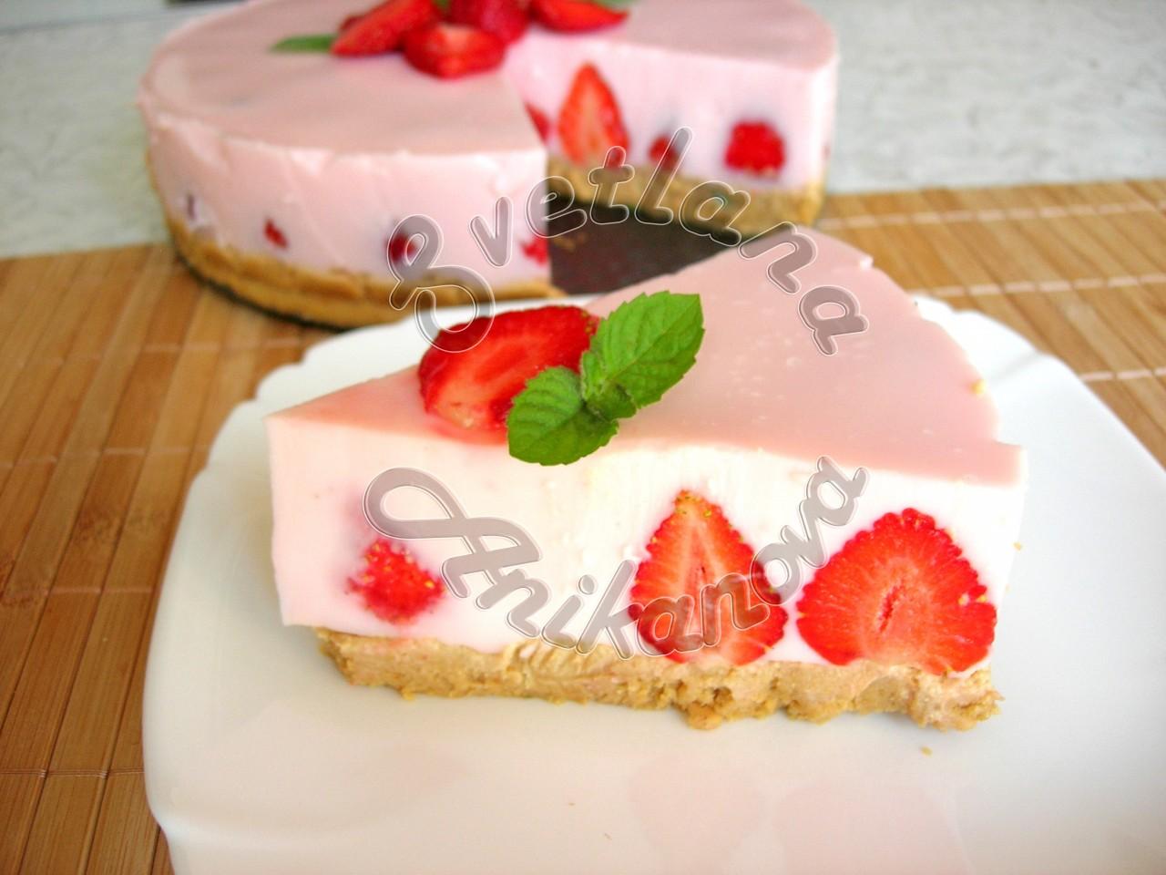 Клубничный йогуртовый торт без выпечки.