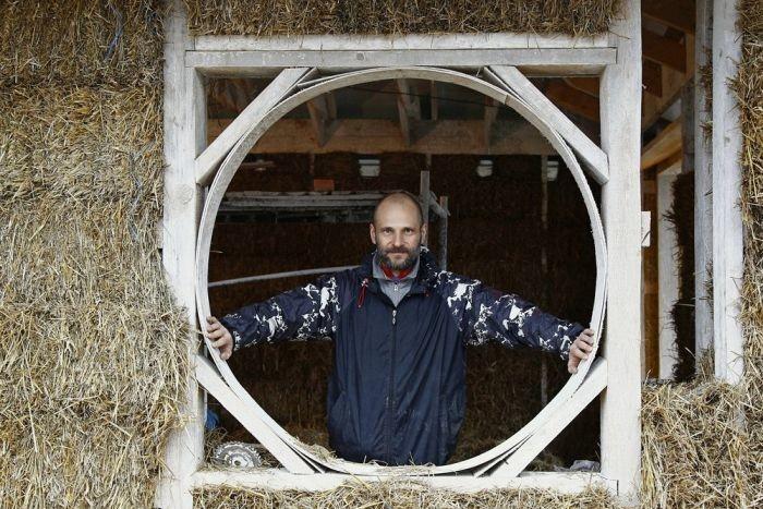Владикавказский бизнесмен построил себе энергосберегающий дворец из соломы