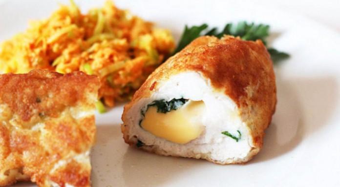 Нет ничего нежнее куриной грудки. А вот сыр и сухарики подчеркнут всю тонкость ее вкуса