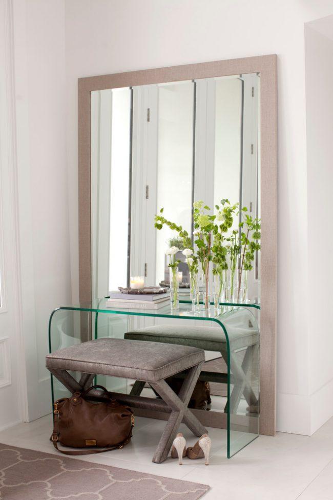 Консоль из стекла практически сливается с зеркалом в пол