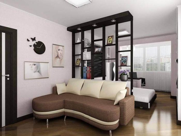 Разделение гостиной и спальной с помощью перегородки.