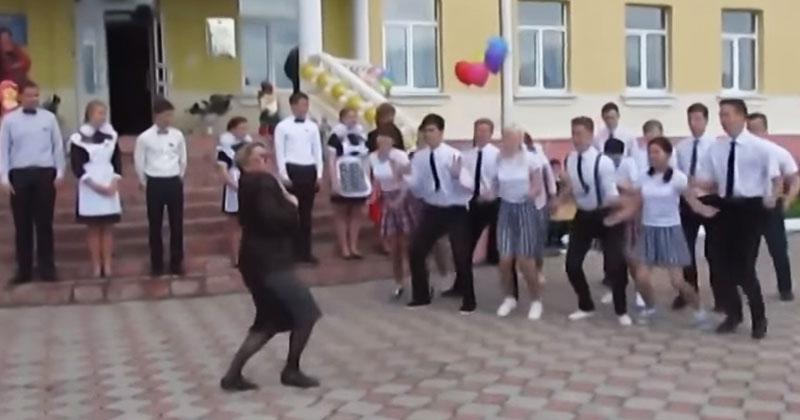 Супер-заводной танец школьников. А что учительница вытворяла — это огонь!