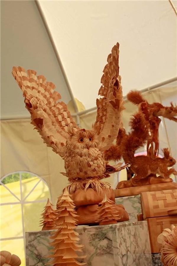 Скульптуры животных из стружки кедрового дерева