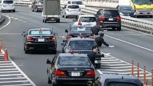 Как кортеж премьер-министра Японии выезжает на дорогу: видео