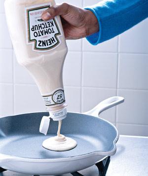 Предварительно делают жидкое тесто и хранить его в кетчуп бутылку.