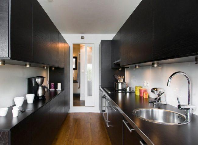 Черная современная кухня-коридор