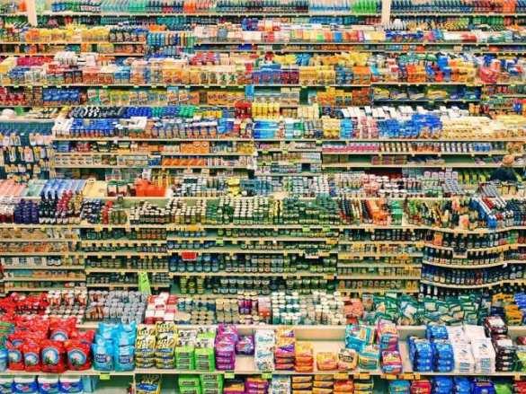 На Украине  люди смели охрану разграбили супермаркет: жалуются наголод иуносят все, что могут (ВИДЕО)