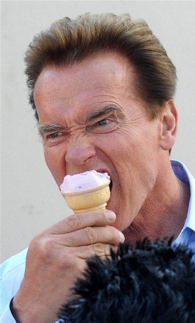 А вы видели как Шварцнегер ест мороженое?