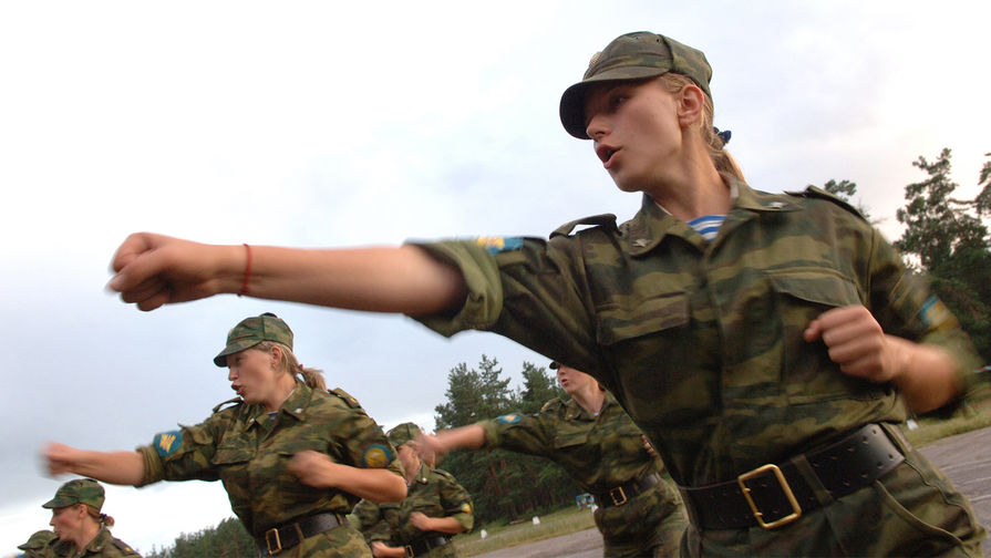Не служила — не женщина: К россиянкам обратились с призывом