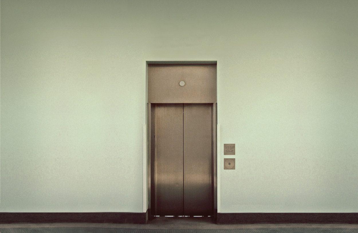 Едет как-то раз моя подруга в лифте и тут заходит здоровенный мужик…