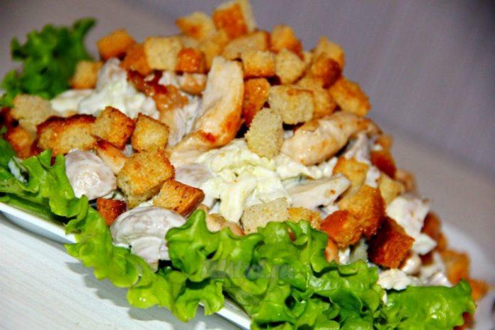 Оригинальный салатик с куриной грудкой и грибами
