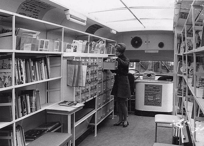 Внутри, 1960-е годы  библиотека, библиотека на колесах, ретро фото