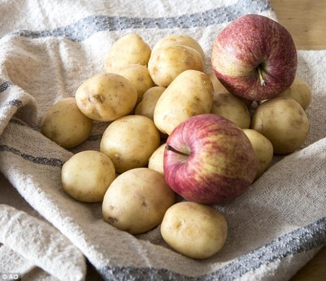 К картошке кладем яблоко