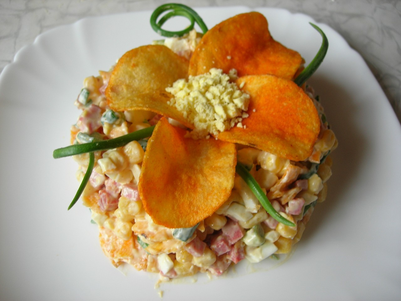 Салат с чипсами и колбасой