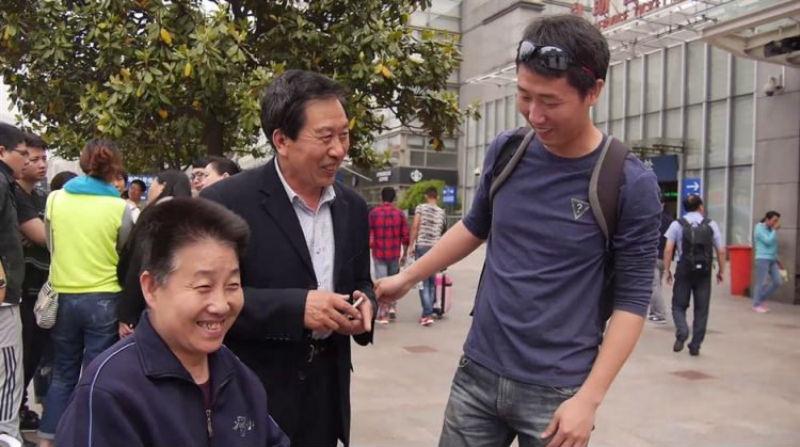 Китайский полицейский пять лет притворяется умершим сыном пожилой пары