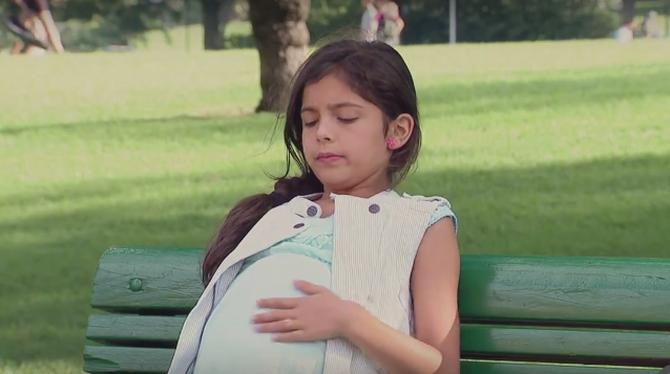 Эта женщина удивилась, увидев беременную девочку в парке. Но когда появился отец ребенка…