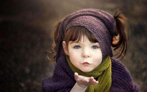 Мама с помощью фото дарит своей дочке, потерявшей руку, волшебный мир