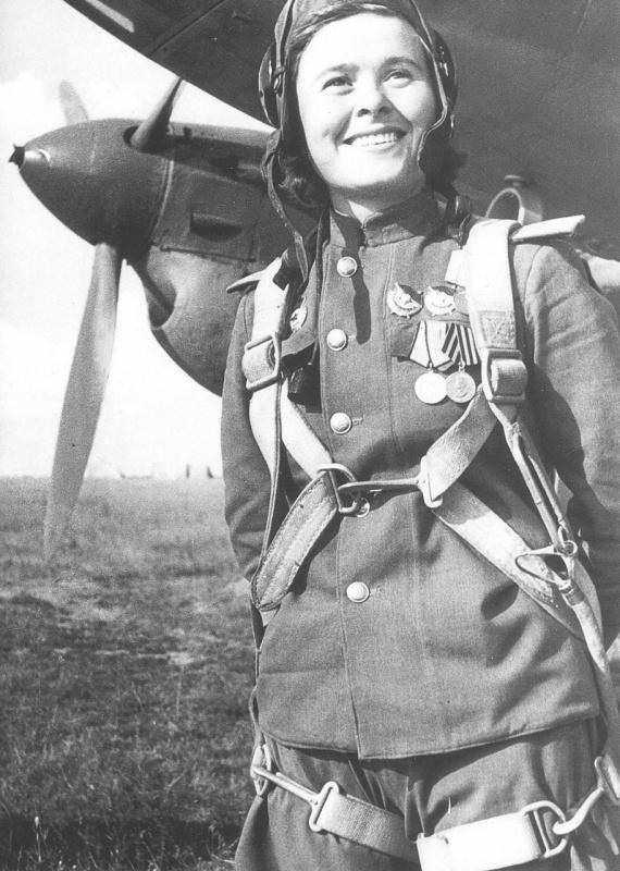 Гвардии капитан, заместитель командирa эскадрильи 125-го гвардейского бомбардировочного авиационного полка 4-й гвардейской бомбардировочной авиационной дивизии Мария Долина у самолета Пе-2 Мария Ивановна Долина (18.12.1922-03.03.2010). 1944 год