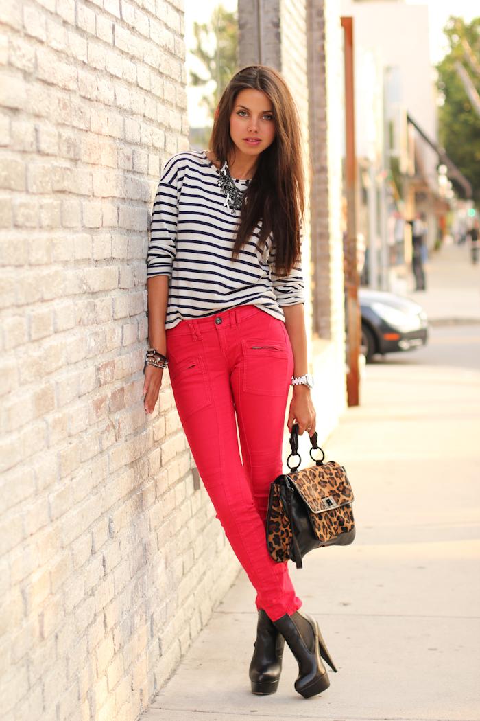 С чем носить красные брюки и джинсы: стильные образы