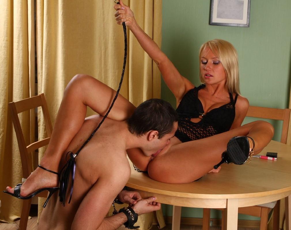 Раб делает госпоже кунилингус и её подружке русское порно