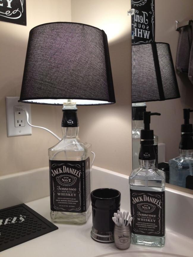 Специально для любителей Jack Daniels - не спешите выбрасывать опустевшую бутылку, ведь вы можете сделать оригинальную настольную лампу или емкость для мыла добавив специальный дозатор