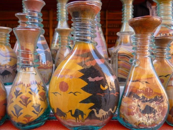 Декоративное наполнение цветной солью стеклянных сосудов