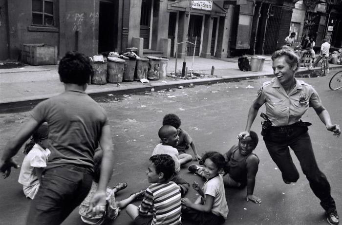 20. Полицейские играют с детьми, Гарлем, 1978 год детство, прошлое, фотография