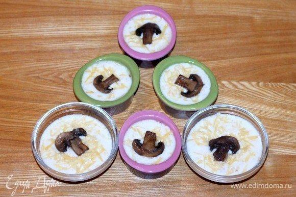 Залить грибы молочным соусом, посыпать орехами и оставшимся сыром, украсить ломтиком шампиньона.