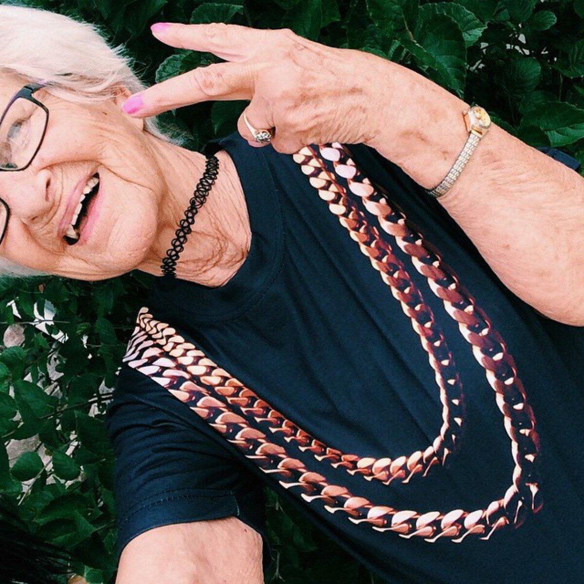 Пожилая дама носит чокер и не переживает, что о ней думают другие! /Фото: alwaysbusymama.com